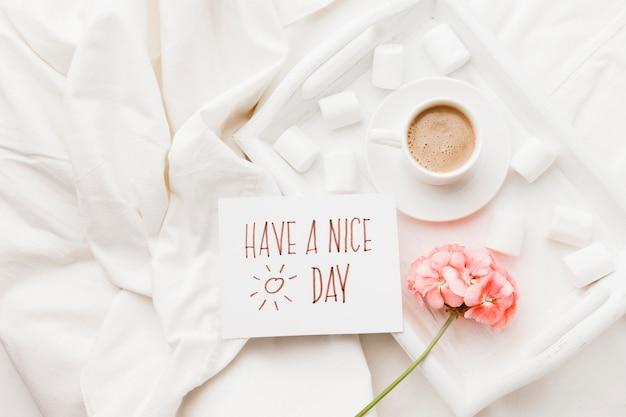 Blumen- und kaffeeüberraschung Kostenlose Fotos