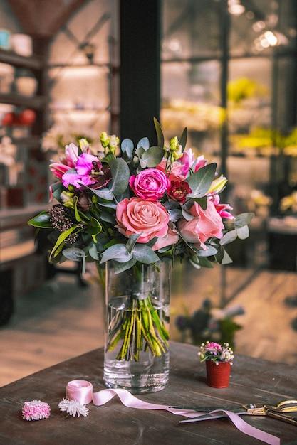 Blumen zusammensetzung mischen rosen chrysanthemen band schere seitenansicht Kostenlose Fotos