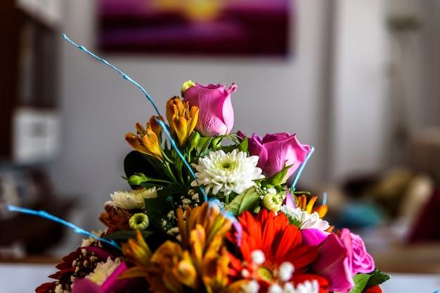 Blumenanordnung auf einer tabelle. Premium Fotos