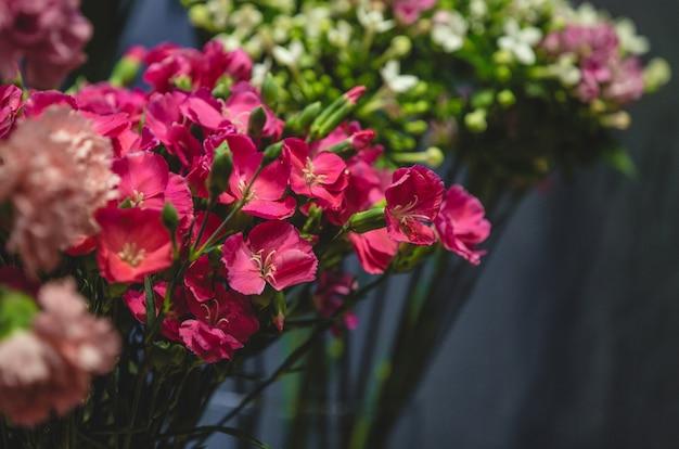 Blumenboutiquen-fotoshooting von bunten blumen in vasen Kostenlose Fotos