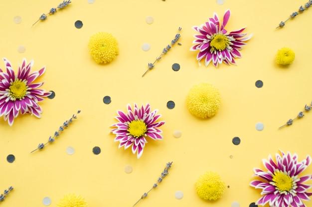Blumendekorationen auf gelbem hintergrund Kostenlose Fotos
