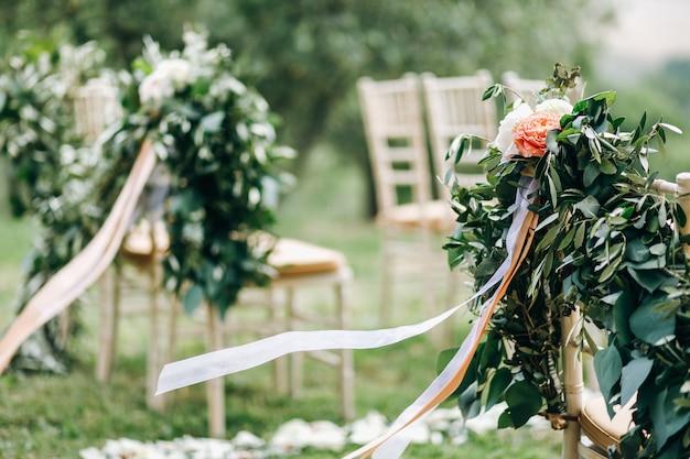 Blumengirlanden aus grünem eukalyptus und rosa blüten schmücken uns Kostenlose Fotos