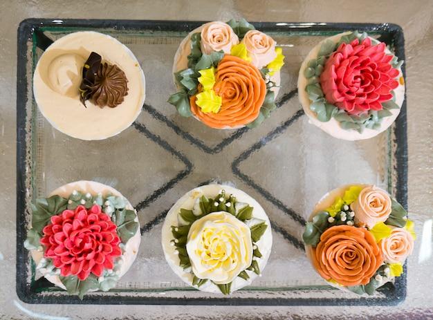 Blumenkuchen auf draufsicht. Premium Fotos