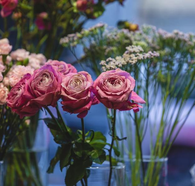 Blumenladen, der verschiedene arten von rosen herausstellt und verkauft Kostenlose Fotos
