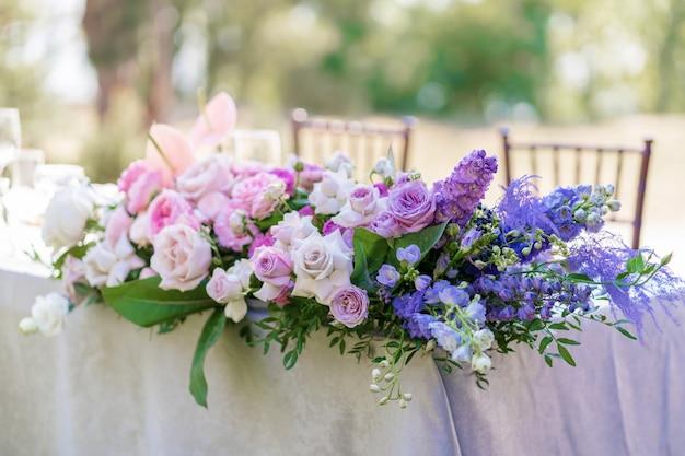 Blumensträuße mit frischen blumen dekoration des festlichen tisches. eine open-air-party feiern. dekor details Premium Fotos
