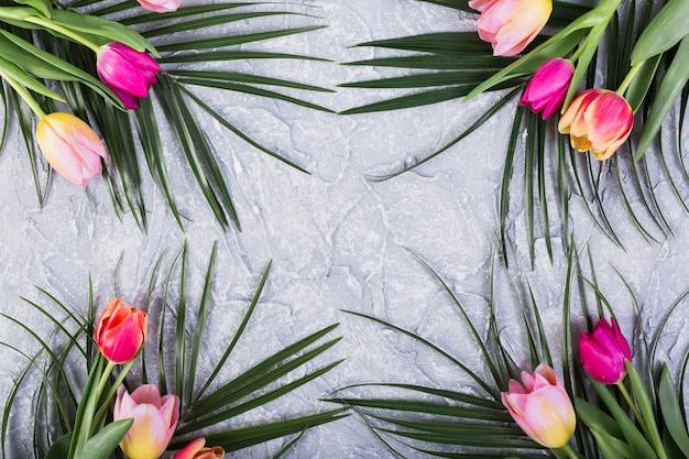 Blumensträuße mit tulpen und palmblättern Kostenlose Fotos