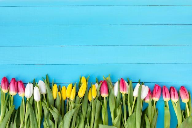 Blumenstrauß auf einem blauen hintergrund Premium Fotos