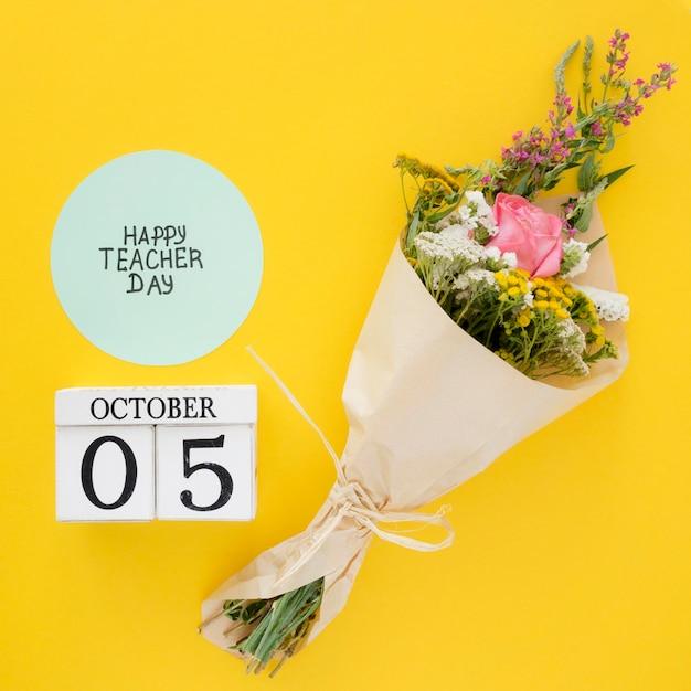 Blumenstrauß auf gelbem hintergrund Premium Fotos