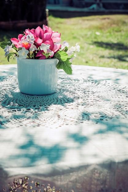 Blumenstrauß auf hölzernem gartentisch Premium Fotos