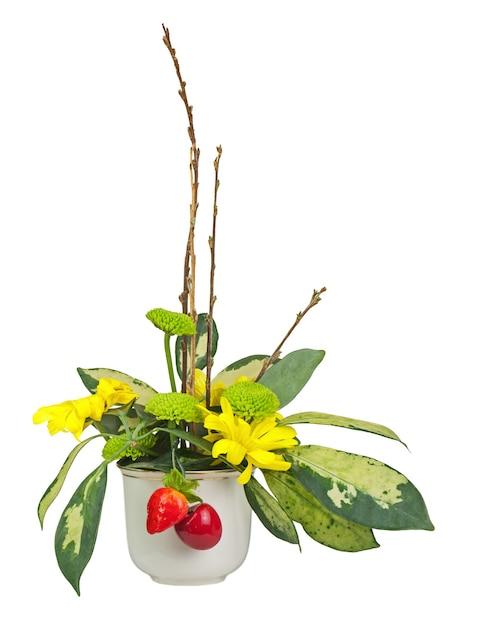 Blumenstrauß aus blumen, beeren und weidenkätzchenzweigen in vase isoliert. Premium Fotos