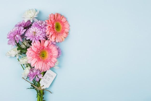 Blumenstrauß aus frischen blumen mit titel auf tag Kostenlose Fotos