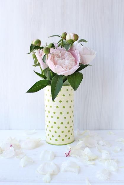 Blumenstrauß aus pfingstrosen in einer vase Premium Fotos