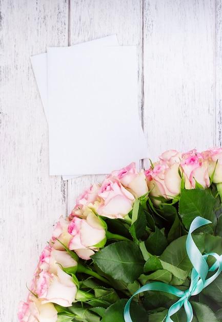 Blumenstrauss Aus Rosa Rosen Mit Blauem Band Auf Einem Vintage Holz