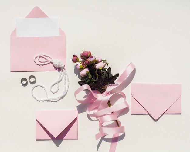 Blumenstrauß aus rosen mit rosa umschlägen Kostenlose Fotos