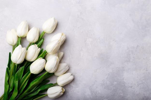 Blumenstrauß aus weißen tulpen Premium Fotos