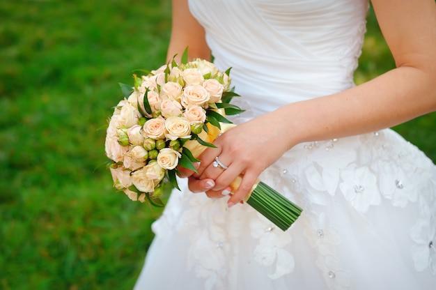 Blumenstrauß in den händen der braut Premium Fotos