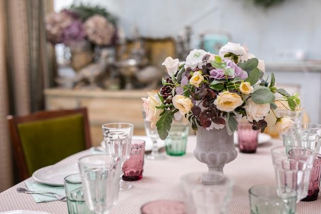 Blumenstrauß in einer vase an der hochzeitstafel Premium Fotos