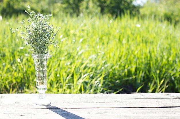 Blumenstrauß mit blauen blumen, im offenen, harten licht Premium Fotos