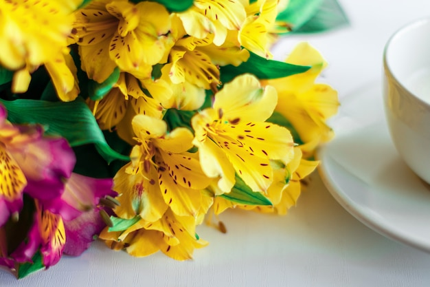 Blumenstrauß von blumen auf einem weißen hintergrund. Premium Fotos