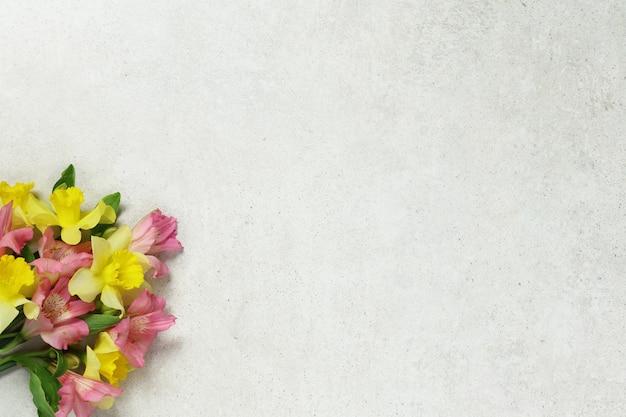 Blumenstrauß von blumen auf grauem altem hintergrund Premium Fotos