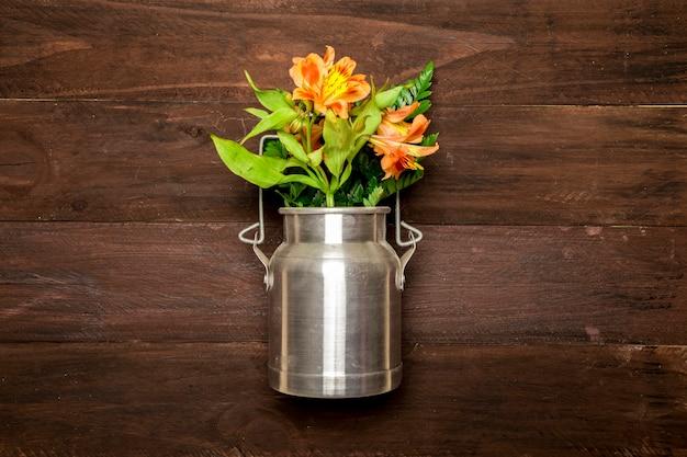 Blumenstrauß von lilien im metallwasser kann Kostenlose Fotos