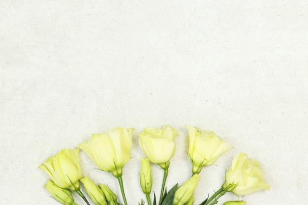 Blumenstrauß von rosen auf grauem hintergrund Premium Fotos