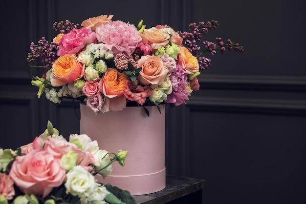 Blumenstrauß von verschiedenen schönheitsblumen Premium Fotos