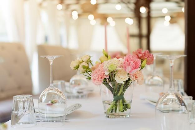 Blumentischdekorationen für feiertage und hochzeitsabendessen. tabelle stellte für feiertagshochzeitsempfang restaurant im im freien ein. Premium Fotos