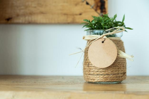 Blumentopf auf dem tisch Premium Fotos