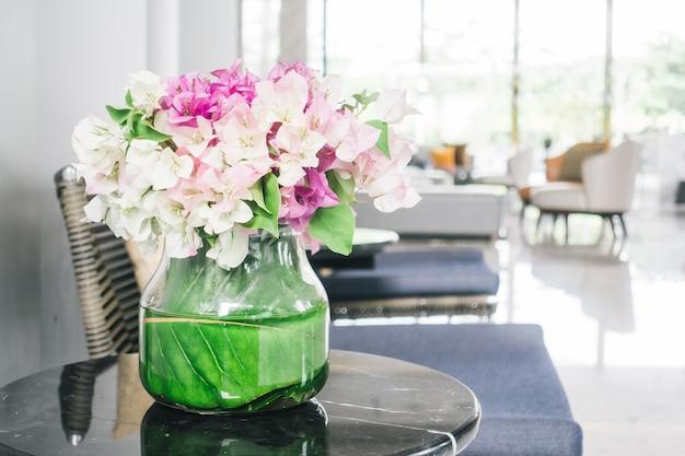 Blumenvase auf dem tisch Kostenlose Fotos