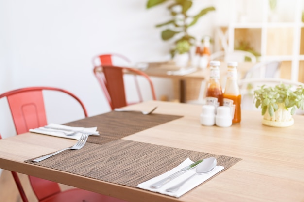Blumenvaseson-soßenflasche die speisetischdekoration im hotel Premium Fotos