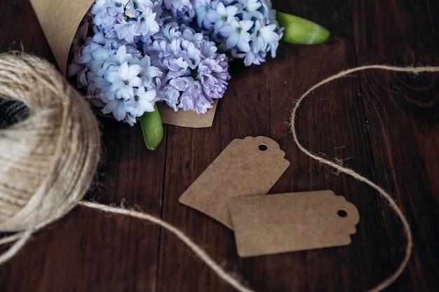 Blumenzusammensetzung. blumenstrauß-hyazinthen auf einer hölzernen tabelle. valentinstag. flachgelegt, draufsicht. Premium Fotos