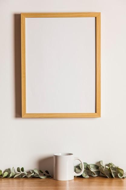 blumenzusammensetzung mit rahmen und tasse download der kostenlosen fotos. Black Bedroom Furniture Sets. Home Design Ideas