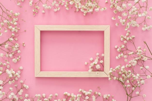 Blumenzusammensetzung romantisch. weiße gypsophila-blumen, fotorahmen Premium Fotos