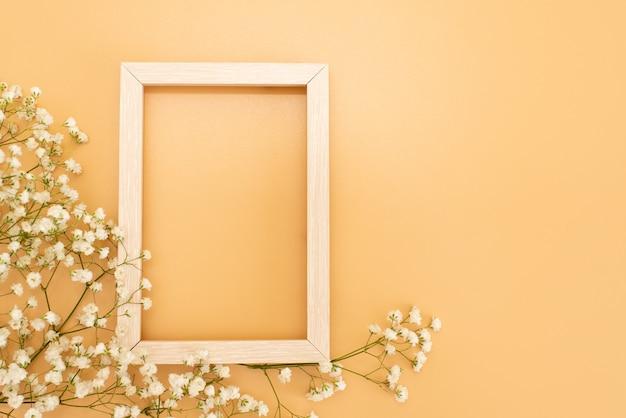 Blumenzusammensetzung romantisch. weißer gypsophila blüht, fotorahmen auf pastellrosahintergrund. Premium Fotos