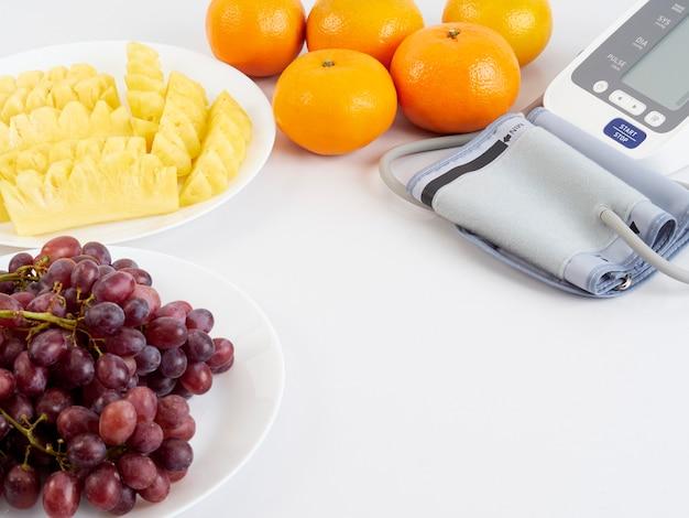 Blutdruckmessgerät und früchte Premium Fotos