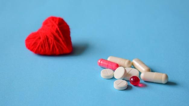 Blutdruckpillen. weiße und rote verschiedene pillen Premium Fotos