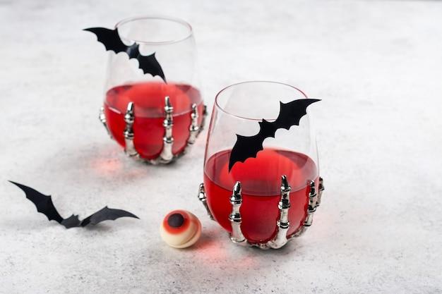 Blutiger halloween-partycocktail Premium Fotos