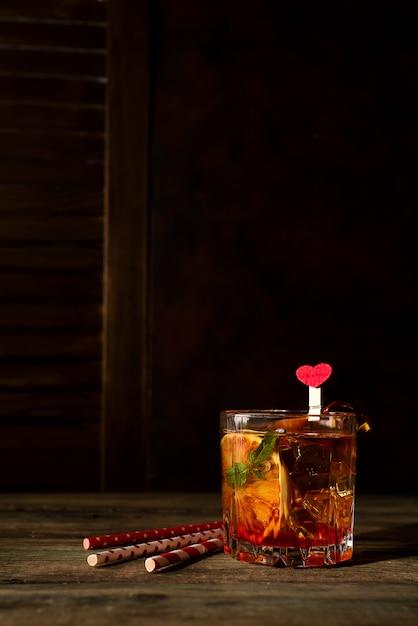 Blutorange margarita coctail mit eis und minze auf hölzernem hintergrund Premium Fotos