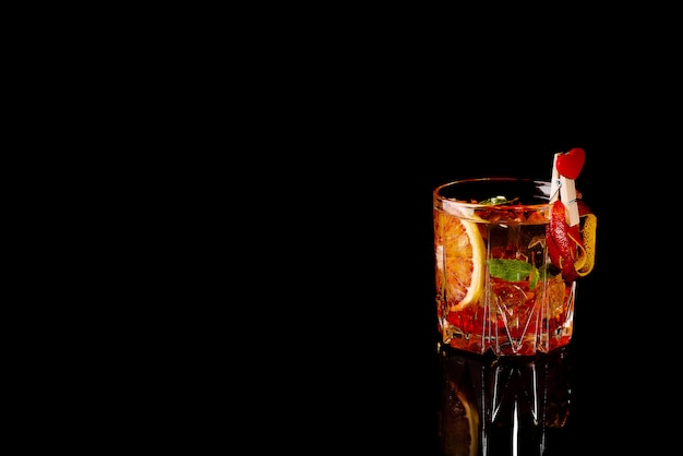 Blutorange margarita coctail mit eis und minze auf schwarzem Premium Fotos