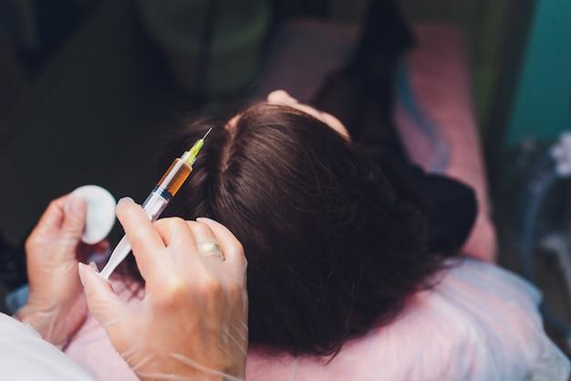 Blutplättchenreiche plasma-injektion. haarwuchsstimulation. prp-therapieprozess. Premium Fotos