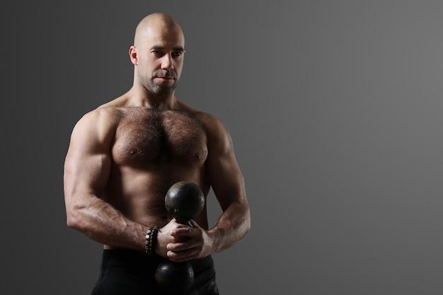Bodybuilder posiert und zeigt muskeln Kostenlose Fotos