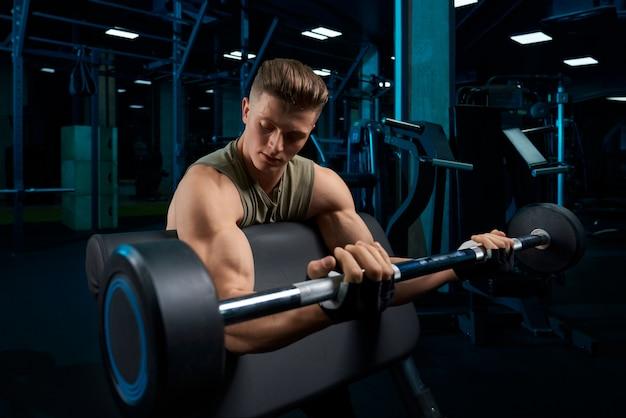 Bodybuilder-trainingsbizeps mit langhantel. Kostenlose Fotos