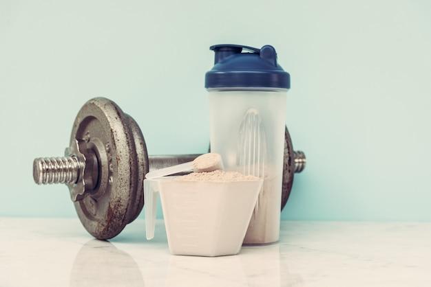 Bodybuilding der doppelten schokoladenmolkeproteinpulverschaufelnahrung gesundes nahrungsmittel. Premium Fotos