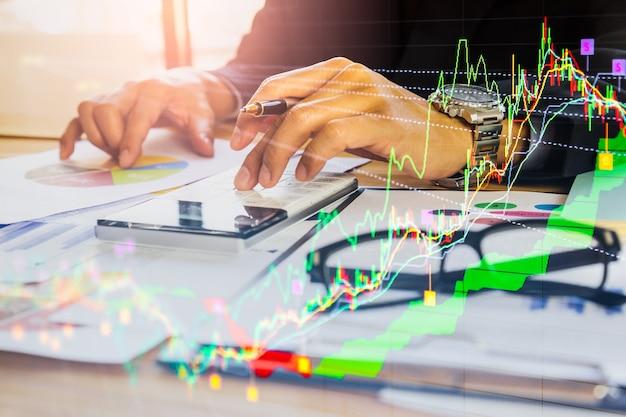 Börsen- oder devisenhandelsdiagramm und kerzenständerdiagramm für finanzinvestitionshintergrund. Premium Fotos