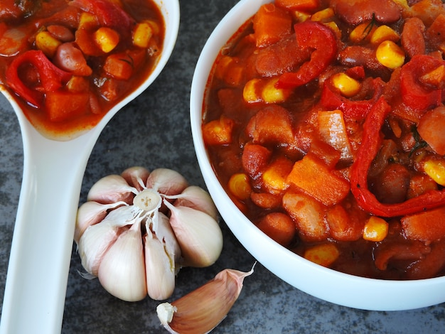 Bohnen auf mexikanisch. appetitanregende bohnen mit gemüse und mexikanischer art. Premium Fotos