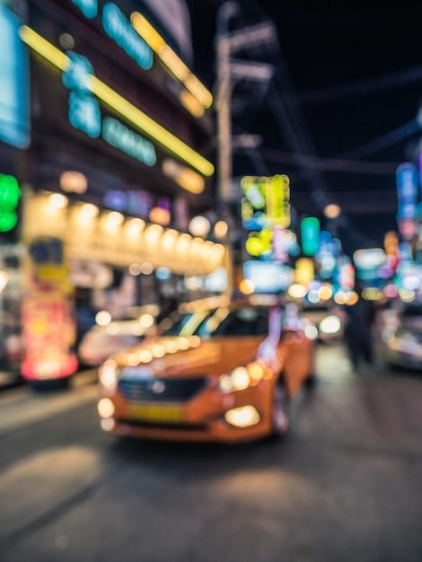 Bokeh schoss auf der straße mit dem taxi vor Premium Fotos