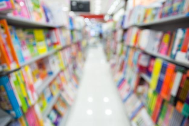 Bokeh-zusammenfassungshintergrund in den zeitschriften vom regal im supermarkt. Premium Fotos