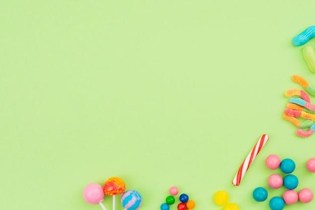 Bonbons mit süßem geschmack auf dem tisch verteilt Kostenlose Fotos