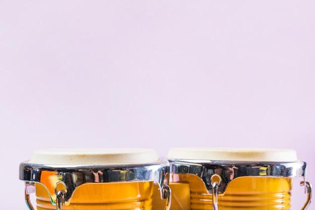 Bongo-trommel auf rosa hintergrund Kostenlose Fotos